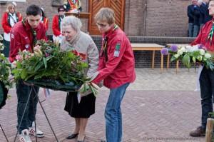 Explorers Scouting Ulft helpen bij kranslegging dodenherdenking 2013