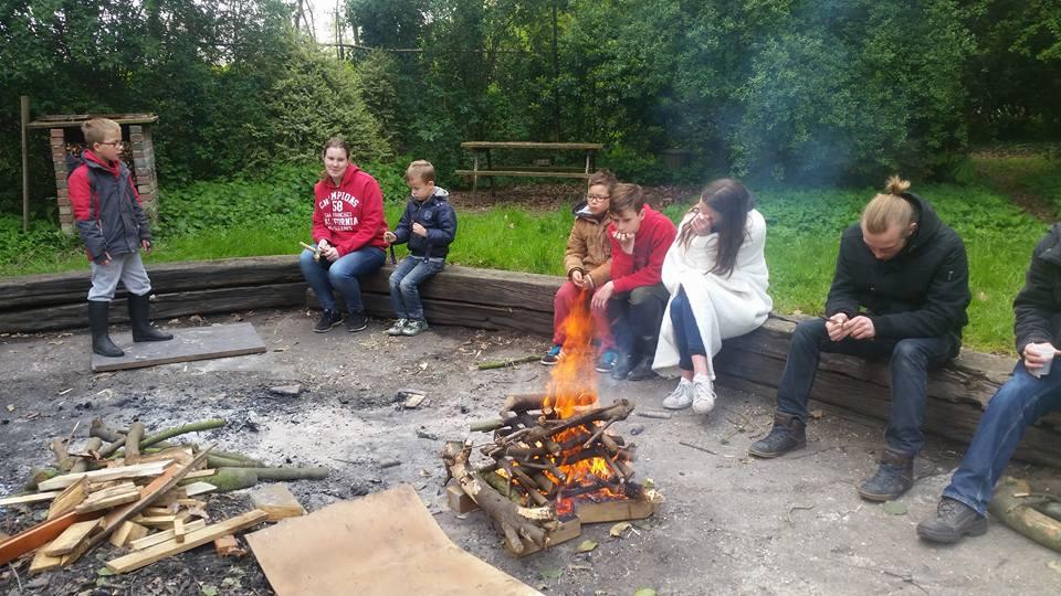 wakker worden bij het kampvuur tijdens het weekendkamp
